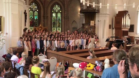 Barn sjunger i kyrka